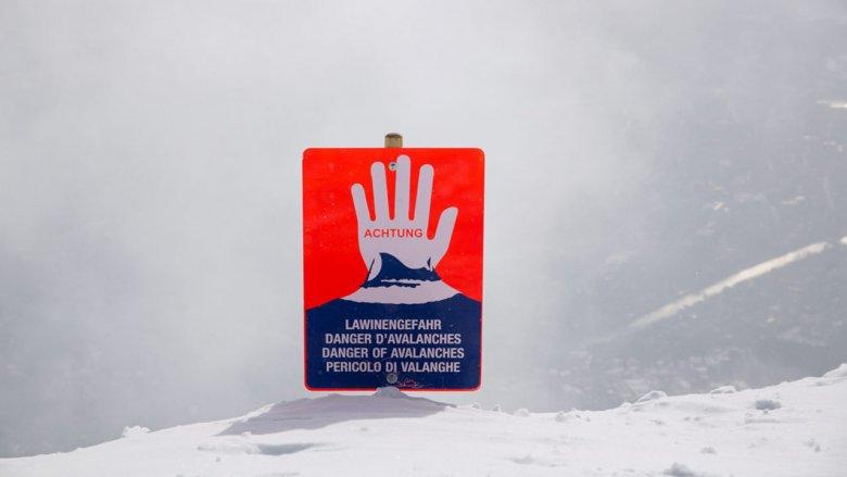 Otwarta dłoń przestrzega przed wyjeżdżaniem poza bezpieczny teren ośrodka narciarskiego. , © Tirol Werbung/Bert Heinzlmeier