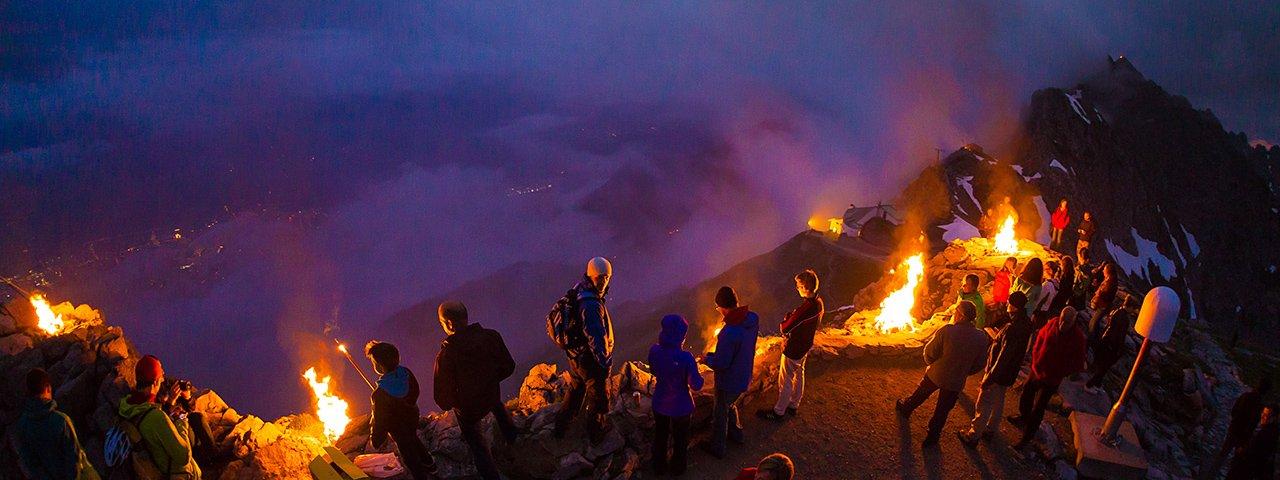 Magiczna atmofsera podczas nocy świętojańskiej na górze Nordkette w Innsbrucku, © Webhofer / W9 Werbeagentur