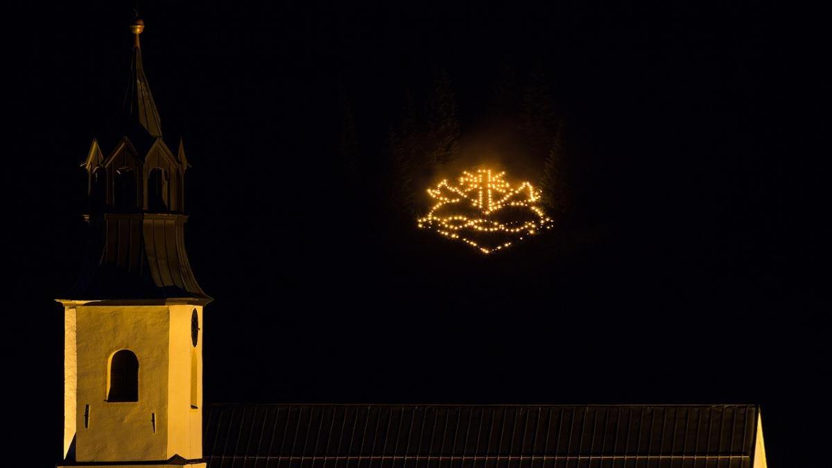 Mitte Juni brennen jedes Jahr die Berge im Tannheimer Tal. Die Herz-Jesu-Feuer – ein Tiroler Brauch, entstanden aus dem Protest gegen die Truppen Napoleons – werden an Bergrücken und auf Gipfeln entzündet. In Form von Herzen, Kreuzen und betenden Händen., © Tannheimer Tal
