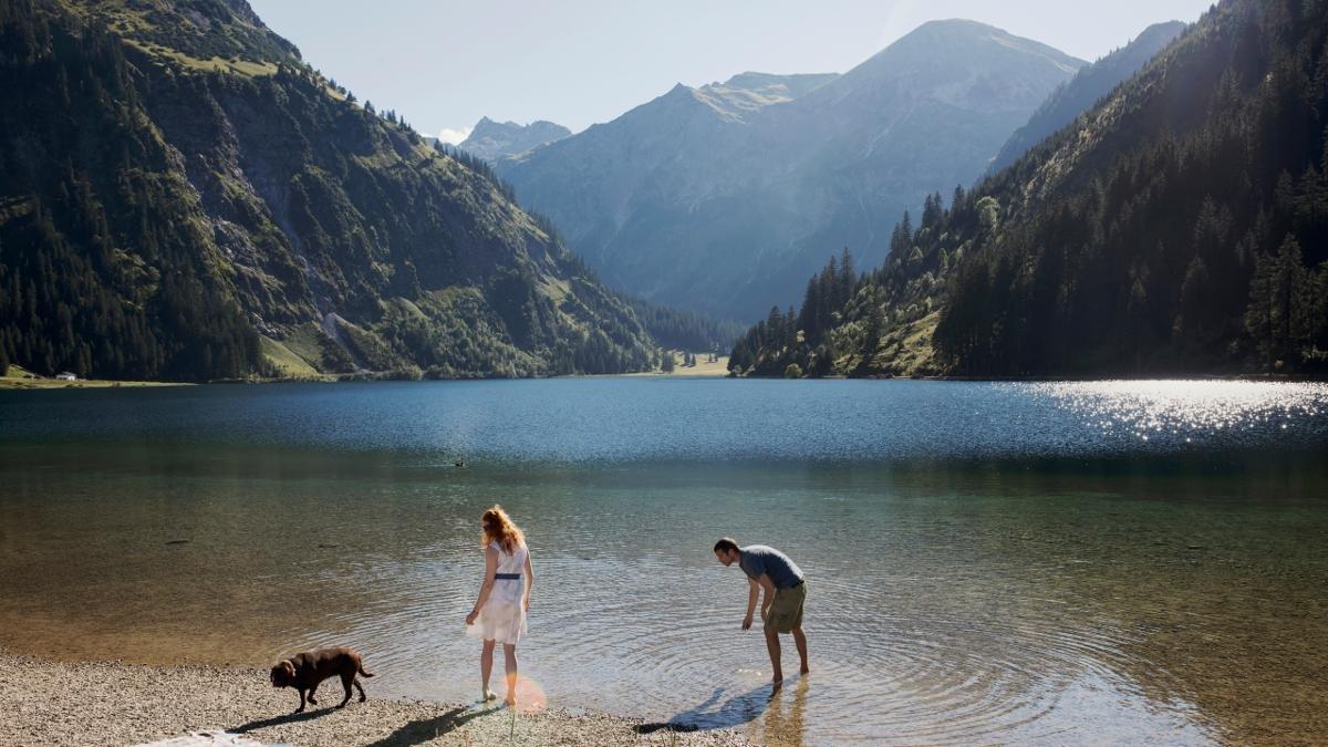 Wie eine große blaue Perle liegt der Vilsalpsee in einem Seitental des Tannheimer Tals, umgeben von hohen Berggipfeln. Ein Spaziergang zu dem artenreichen Naturschutzgebiet ist für jeden ein Erlebnis – auch für Kinder und wenig geübte Wanderer., © Tirol Werbung/Kathrein Verena